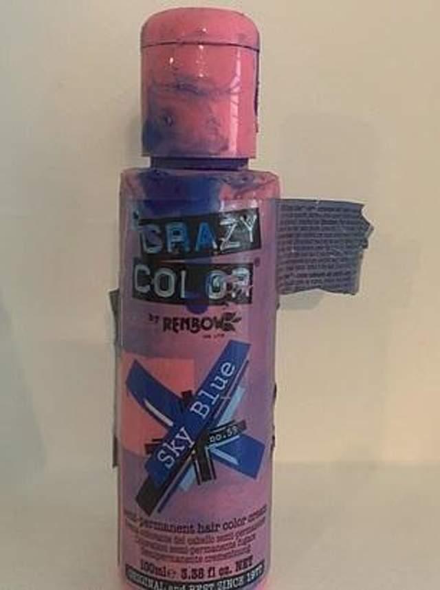 Щеня хаскі пофарбувало язик в синій колір
