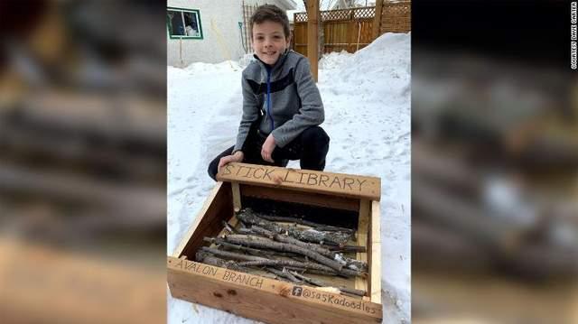 10-летний изобретатель из своей библиотекой