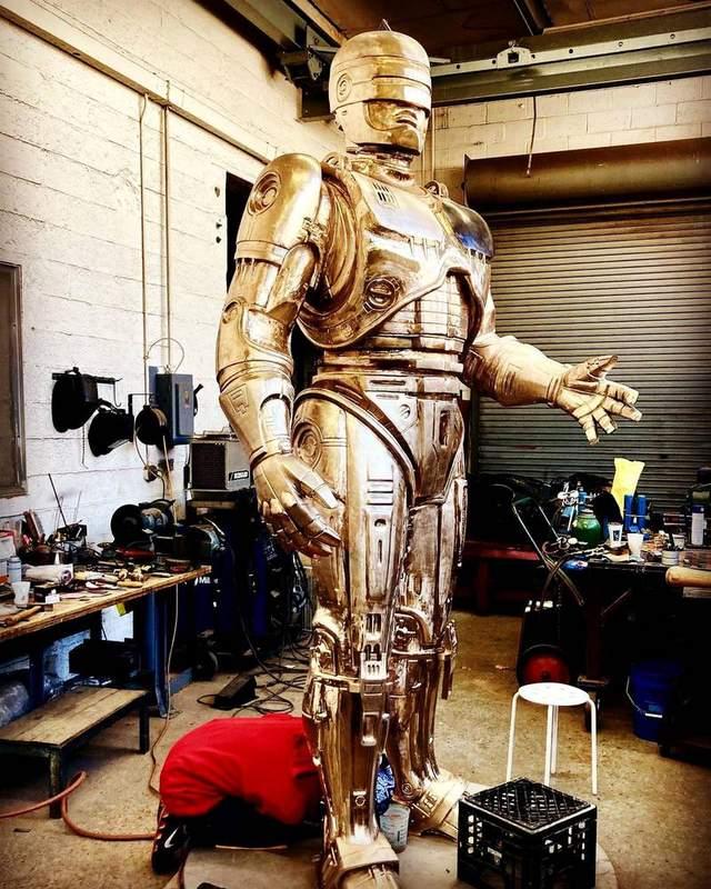 У Детройті закінчили бронзову статую Робокопа, на створення якої пішло 10 років