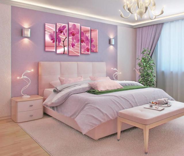 Картини над ліжком мають дещо застарілий вигляд