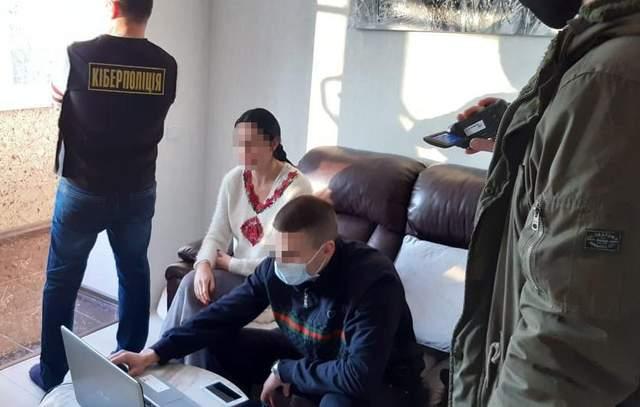 У Львові жінка продавала свої інтимні фото: їй загрожує в'язниця – фото