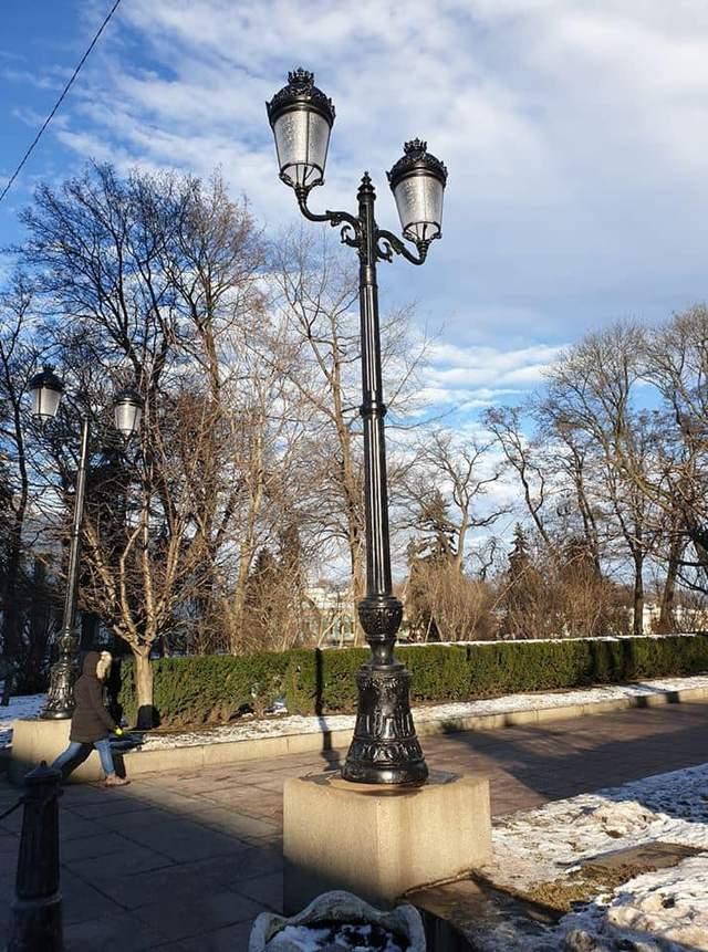 У Києві в Маріїнському парку встановили нові ліхтарі: через це виник скандал