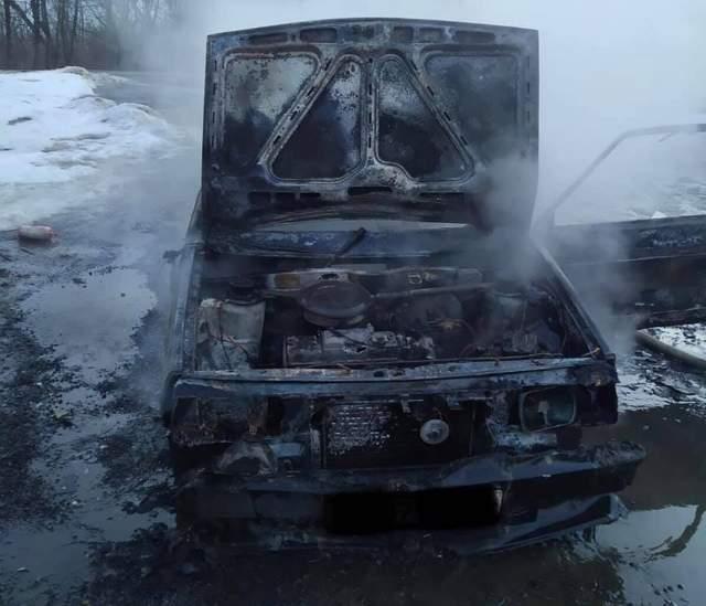 На Львівщині посеред дороги вщент згорів автомобіль: фото