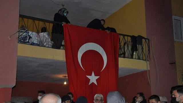 У Туреччині родичі загиблих в авіакатастрофі вивішали прапори