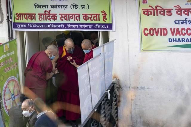 Далай-лама вакцинувався