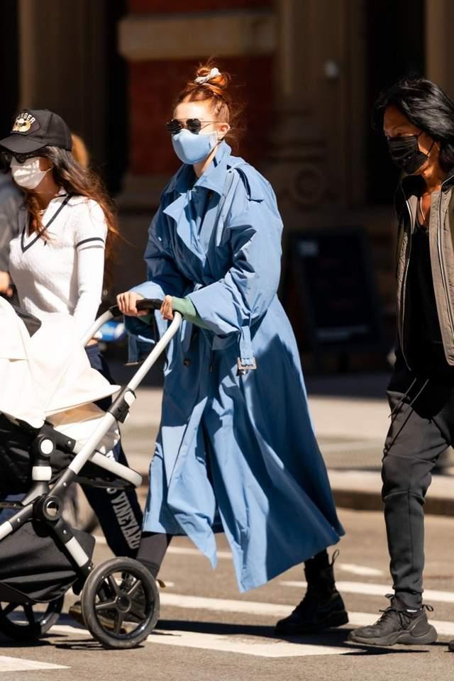 Джіджі Хадід на прогулянці з донечкою