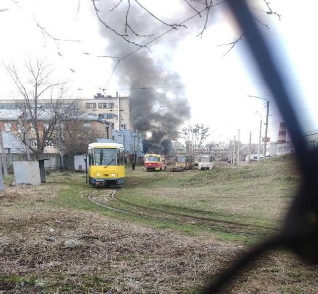Підозрюють підпал: у Львові в депо загорівся трамвай – фото