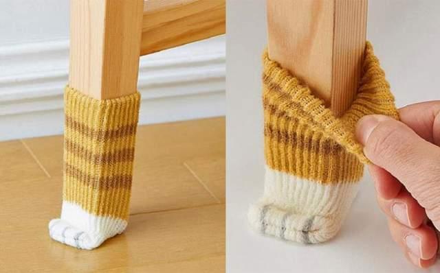 Носки на ніжках стола