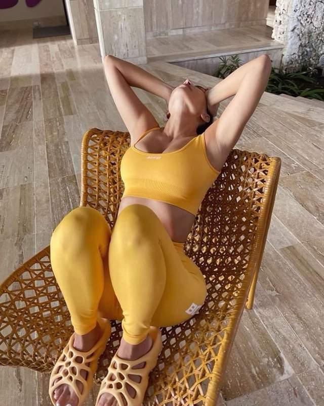 Кім Кардяшян одягнула жовті сланці Yeezy / Фото з інстаграму