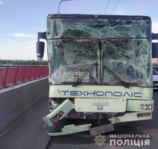 Аварія у Дніпрі на Центральному мосту автобуси та легковик