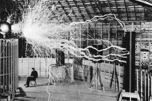 Нікола Тесла у своїй лабораторії, 1890 рік
