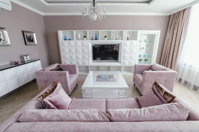 Лучше экспериментировать с различными стилями кресел и дивана