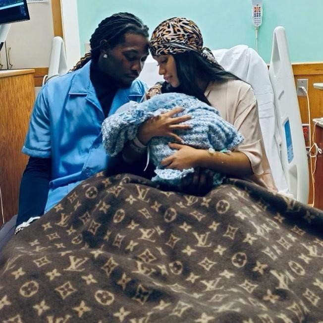 Cardi B і репер Offset з новонародженим малюком