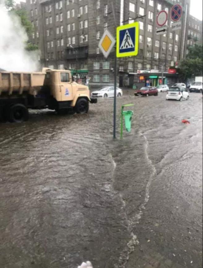 Ремонт дороги клали асфальт під воду деталі Харків