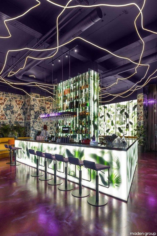 Відкритий бар з неоновою підсвіткою