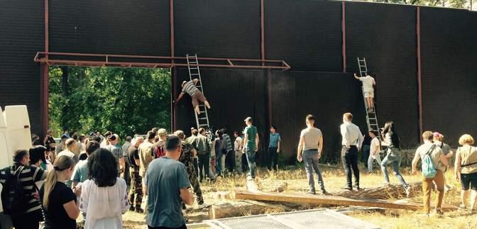 Місцеві мешканці частково розібрали 5-метровий паркан навколо угідь екс-комуніста