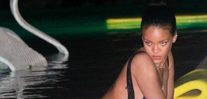 Гаряча Ріанна без макіяжу показала спокусливі форми у купальнику