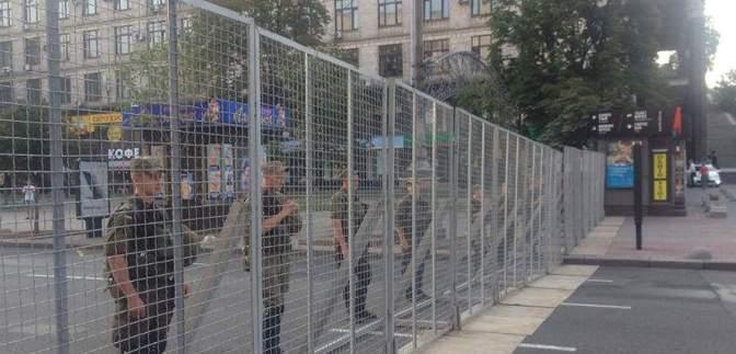 Киев готовится к крестному ходу – уже построили металлический забор