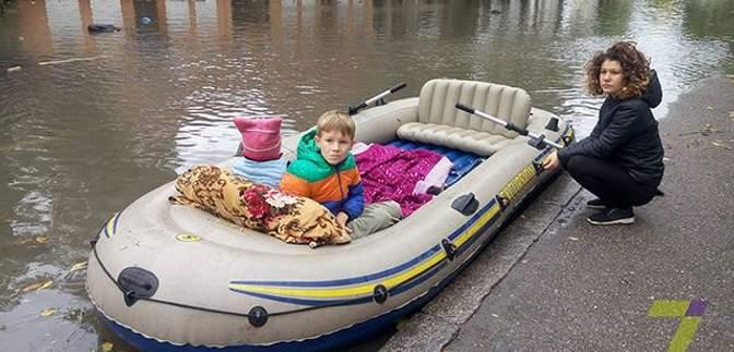 Одесситы уже плавают в магазины на лодках