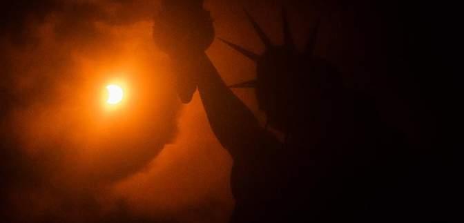 В толпу, наблюдавшую за солнечным затмением, въехал автомобиль: есть погибшие