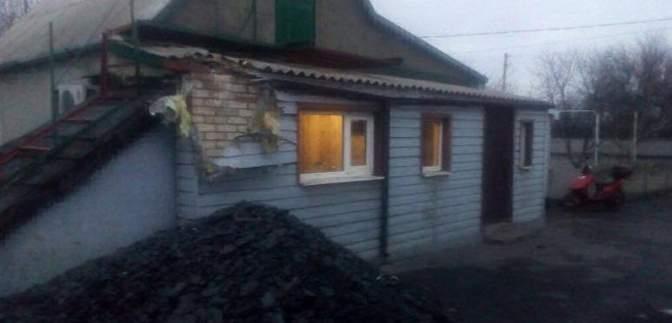 Боевики полночи стреляли по .домам гражданских в Марьинке: опубликованы фото