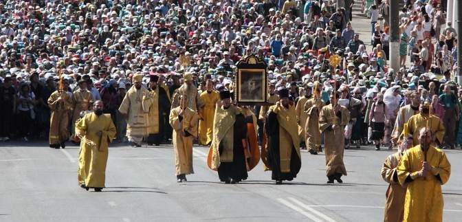 На крестном ходе в Киеве верующим выдавали деньги: видео