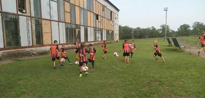 "Игроки ""Шахтера"" передали немалую сумму на восстановление спортзала возле фронта на Донбассе"