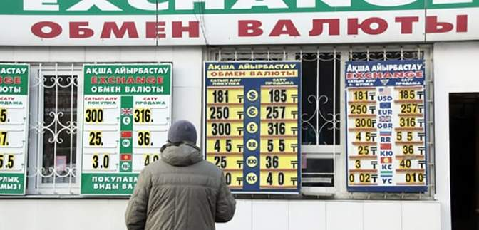 В Казахстане массово скупают валюту после заявления Назарбаева об отставке
