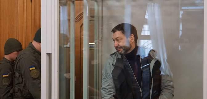 У Києві почався суд у справі проти журналіста Вишинського, якого звинувачують у держзраді