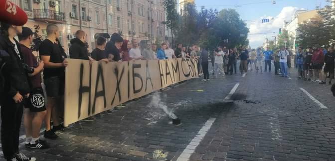 """Под зданием СБУ активисты требуют немедленных действий против канала """"112-Украина"""""""