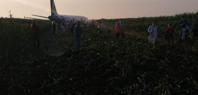 Двигатель сразу работал с перебоями: видео жесткой посадки пассажирского самолета в России