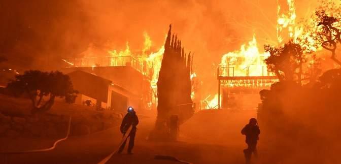 Звезд Голливуда эвакуируют из Беверли Хиллз: фото и видео масштабного пожара