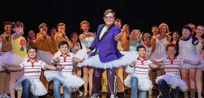 Элтон Джон удивил зрителей театра внезапным появлением в балетной пачке: фото и видео