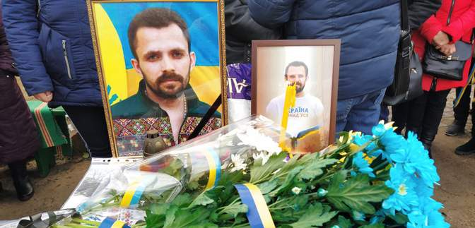 На Донбасі попрощалися з активістом Артемом Мирошниченко, якого побили за українську мову: фото