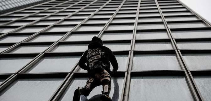 Чоловік видерся на 187-метрову будівлю, щоб підтримати протести у Франції