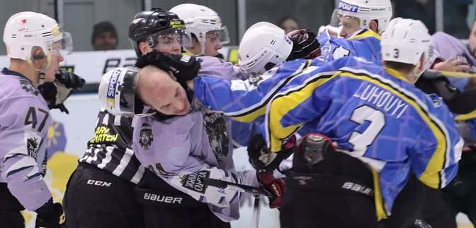 Українські хокеїсти влаштували масову бійку під час матчу, бився навіть президент клубу: відео
