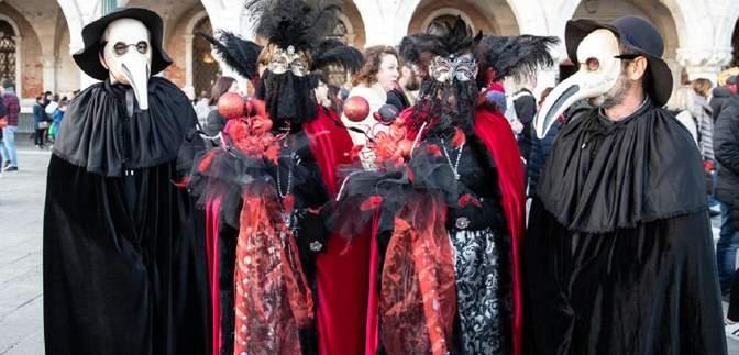 В Італії через коронавірус припинили Венеціанський карнавал: як виглядають його учасники – фото
