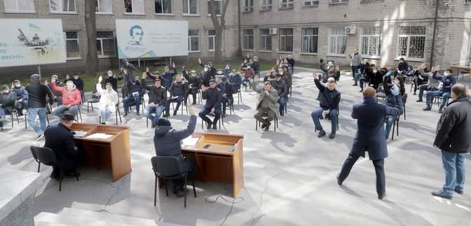 Депутати Дніпра провели засідання на вулиці через карантин: фото