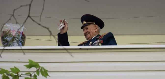 В Одесі під балконом військовий оркестр заграв для 99-річного ветерана: зворушливі фото та відео