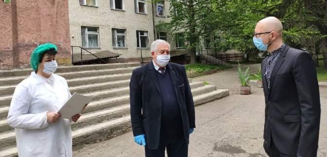 """Яценюк разом з урядовцями їздив на Буковину: """"Слуги народу"""" просять Шмигаля пояснити це"""