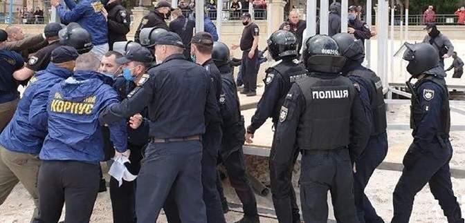 Нацкорпус устроил столкновения с полицией на одном из пляжей Одессы: подробности и видео