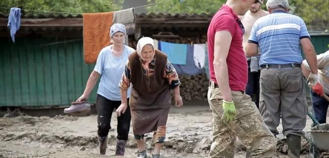 Мене волочили водою, – 88-річна бабуся з Буковини показала страшні наслідки повені