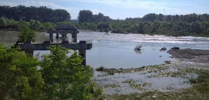 """Наводнение на Буковине снесло """"временный"""" мост, который 12 лет объединял два района"""