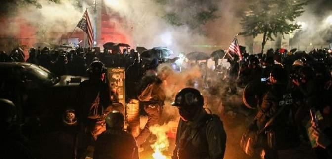 У Портленді продовжують протестувати: поліція застосувала сльозогінний газ – фото, відео