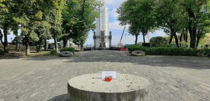 Вандалы пытались разрушить скульптуру о Голодоморе: как прокомментировал Вятрович