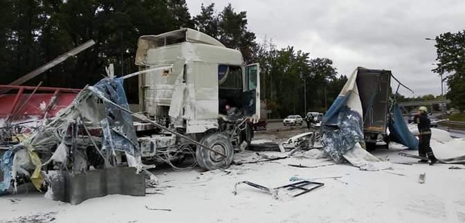 Дві фури зіткнулися з мікроавтобусом поблизу Білої Церкви, перекрили рух: масштабні фото
