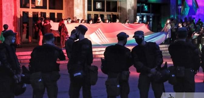"""Активісти ЛГБТ та """"Нацкорпусу"""" вийшли на мітинг під """"Гулівер"""" одночасно: фото"""