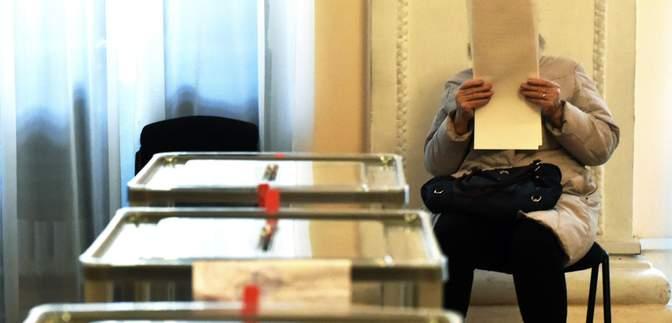 Две лестницы и ширма вместо кабинки: в Житомире голосование стартовало с нарушениями