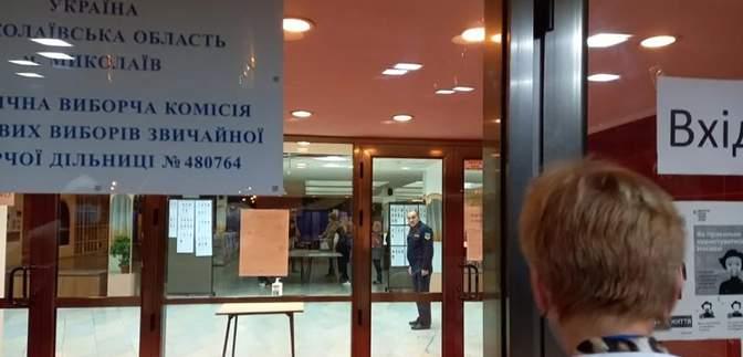 Глава избирательного участка в Николаеве нагло вытолкала наблюдательницу за дверь ночью: видео
