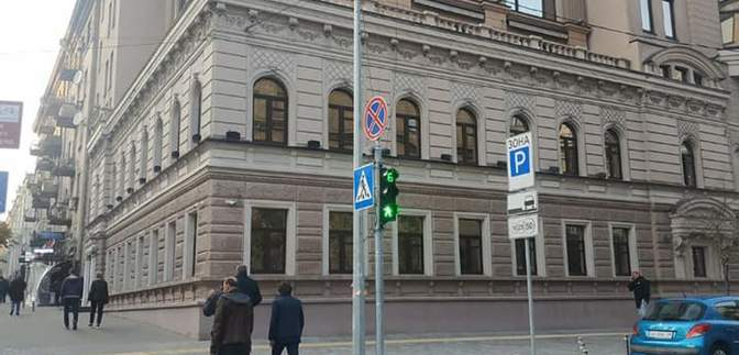 В Киеве на бульваре Шевченко демонтировали рекламные вывески: фото